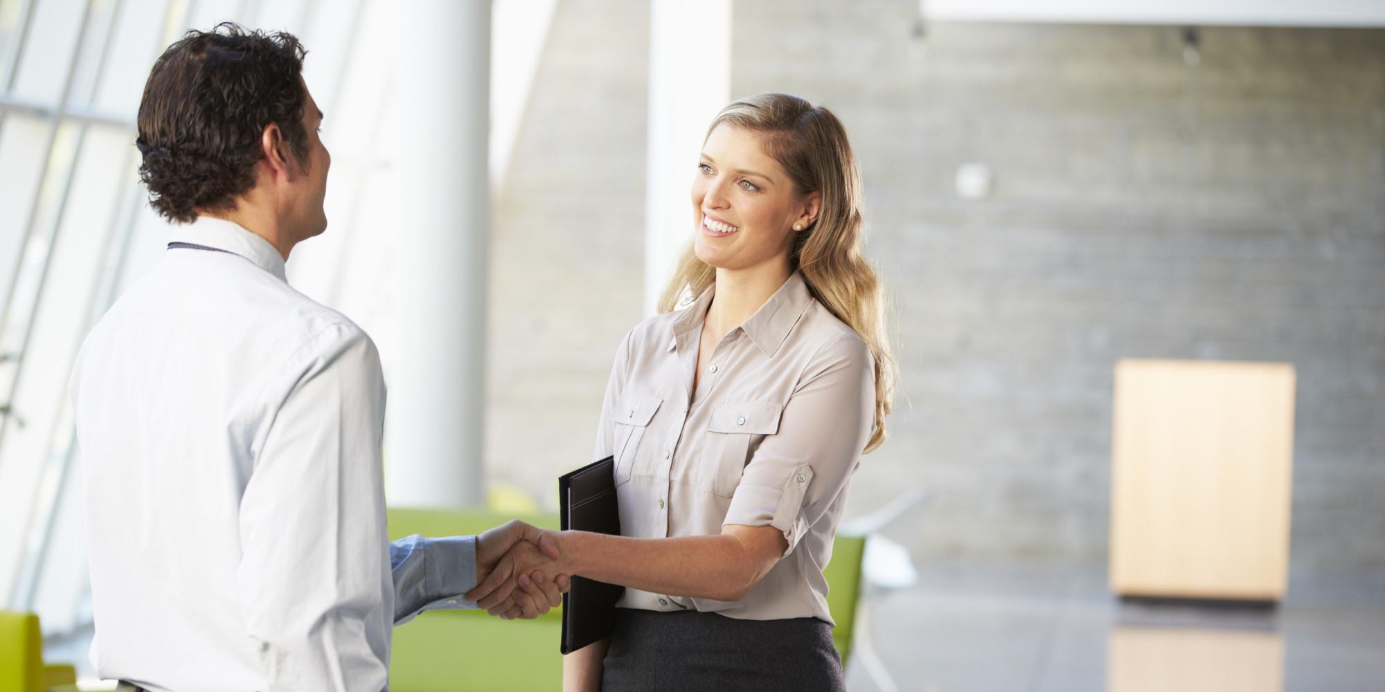 Homme serrant la main d'une femme, symbole des valeurs de VPN Entreprise