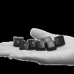 Main portant les touches de clavier du mot support représentant le service de maintenance informatique de VPN Entreprise